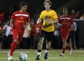 23日、東日本大震災の被災者を支援するために米フロリダ州マイアミで実施したサッカーの慈善試合に参加した英国のアンディ・マレー選手ら(ロイター)