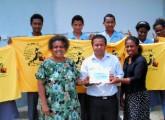 写真:「がんばれ日本」と書かれたTシャツを掲げるパプアニューギニアの高校生たち=伊藤明徳さん提供